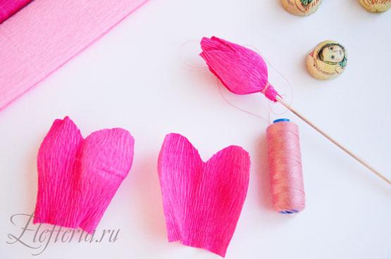 Розы из конфет и гофрированной бумаги своими руками