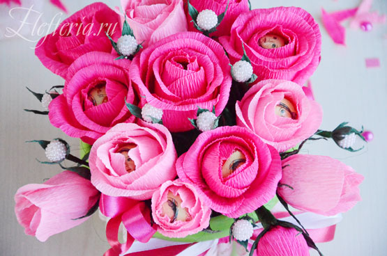 букет роз из конфет и гофрированной бумаги