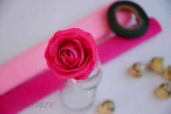 роза с конфетой из гофробумаги