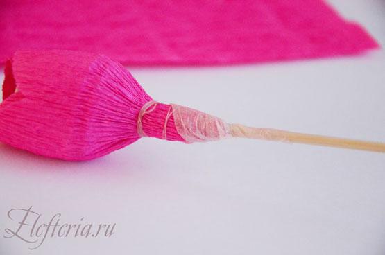 бутон розы из конфет и гофрированной бумаги мастер-класс