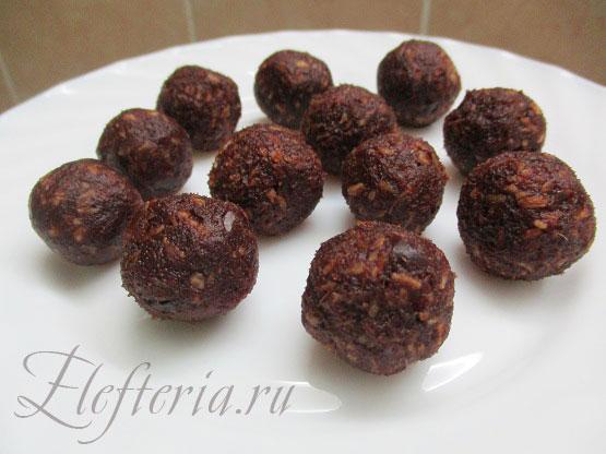 формуем конфеты из фиников и кокосовой стружки