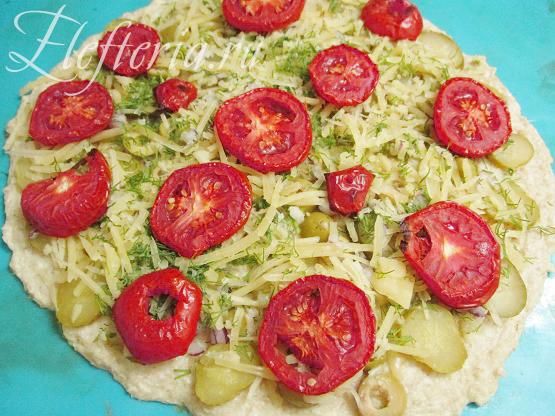 Выкладываем овощи на диетическую пиццу