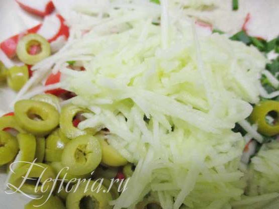 смешиваем постный салат с крабовыми палочками