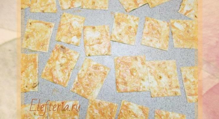 выкладываем чипсы из лаваша на противень